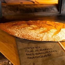 Sac à pain mis en situation avec une baguette de pain